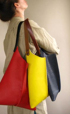 Spessa, soda, liscia borsa in pelle giallo limone. Moderno e bellissimo. Semplice borsa a tracolla interno sfoderato in pelle giallo limone. Cinturino di pelle marrone opaco, di media lunghezza, rifinito con doppie viti e un portachiavi interno. Misura circa 16 w x 26 calo complessivo. Si prega di notare: il campione giallo in foto è 10 borsa di dimensioni. (combinata foto mostra blu & giallo in 10, rosso in 13) ************************************************************ Vuoi aggiu...