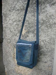 Sac besace jeans - Valy M. Denim Tote Bags, Denim Purse, Jean Purses, Purses And Bags, Mochila Jeans, Denim Bag Patterns, Estilo Hippie, Diy Handbag, Denim Crafts