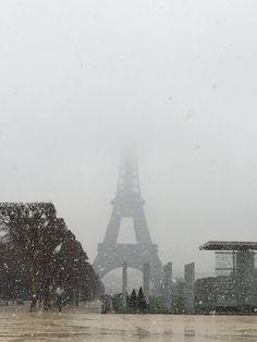 Quand la Tour Eiffel se cache dans la neige #eiffeltower #snow #paris #marchpic.twitter.com/YR7oibg4pZ