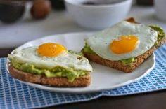 Desayuno de sábado: rodajas de pan,  guacamole y huevos estrellados.  Acompañalos con jugo de naranja natural :)