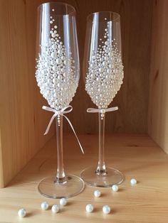 Decorative Bottles : Купить или заказать Свадебные Бокалы в интернет-магазине на Ярмарке Мастеров. Изготавливаю на заказ изящные бокалы из тончайшего чешского стекла. В качестве декора используются жемчужные полубусины. Бокалы необычайно красивые и привлекают внима�