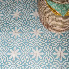 Handgjorda cementplattor är traditionellt sett vanliga i hela Medelhavsområdet, framförallt i Marocko men även i södra Frankrike, Italien och Spanien. Många plattor som tillverkas i dag är fabriksproducerade. De plattor vi säljer på Apotekarns Trädgård är dock fortfarande tillverkade för hand med traditionella metoder av duktiga hantverkare i Marrakech i Marocko. Vårt kakel är en …