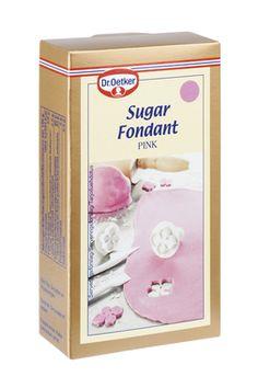 Vaaleanpunainen sokerimassa kakkujen kuorruttamiseen ja koristeiden tekemiseen. Vaaleanpunaisesta sokerimassasta muotoilet kauneimmat kukat ja sydämet. Käytä muotoilussa ja kaulinnassa apuna tomusokeria. Halkaisijaltaan 24-26 cm kakun kuorruttamiseen tarvitaan 400-500 g sokerimassaa. #sokerimassa #droetker #kakku #koristelu http://oetker.fi/fi-fi/monipuolinen-valikoima/koristelu/sokerimassa-vaaleanpunainen.html