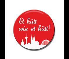 Kölner Grundgesetz zum Anstecken für alle Kölnfans mit der typischen kölner Skyline in rot weiss. Auf der Rückseite der Buttons (38mm Durchmesser) befindet sich eine kleine...