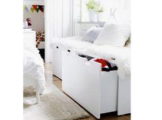 Rangement coffre ikea , ce banc devrait faire quelques heureux puisqu'il dispose de deux grands tiroirs où pourront prendre place le linge de lit ou les jouets des bambins. On lui ajoute quelques plaids et coussins pour le camoufler et le tour est joué ! Banc avec rangement « Stuva », 69 €, L 90 x P 50 x H 50 cm, Ikea