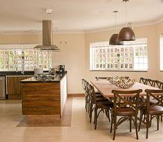 Casa de campo tem a leveza ideal para o descanso na piscina ou na cozinha - Casa e Decoração - UOL Mulher