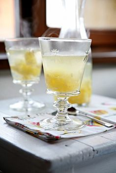 peceny-caj-zazvor Alcoholic Drinks, Cocktails, Hurricane Glass, White Wine, Martini, Tableware, Food, Wedding Planning, Craft Cocktails