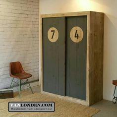 Schuifdeurkast van steigerhout met stoere deuren ... www.vanlonden.com Child Room