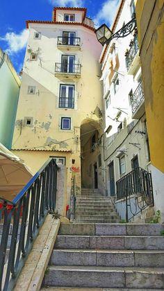 Alfama, Lisboa.... Muitas vezes subi e desci estas escadas. Morar em Alfama é lindo!!!! Saudades