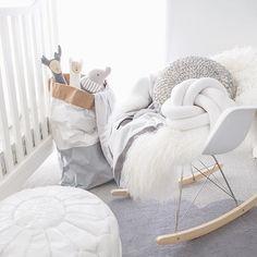 inspiration scandinave pour une chambre d'enfant grise et blanche toute en douceur.