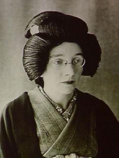 Rita Cowan.  Lo que nadie sabe es que todo empezó gracias una excéntrica mujer que, sin saber palabra del dialecto de Osaka, logró montar la que es hoy una de las destilerías más importantes del sector, Nikka Whisky.