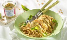 Spaghetti mit Avocado-Pesto Rezept: Vollkornnudeln mit einem schnellem Gemüsepesto - Eins von 7.000 leckeren, gelingsicheren Rezepten von Dr. Oetker!