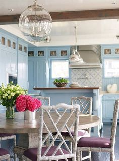 House of Turquoise-cabinetry House Of Turquoise, Turquoise Kitchen, Beach House Kitchens, Home Kitchens, Style At Home, Decoracion Vintage Chic, Table Bar, White Rooms, Dining Room Design