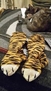 Crest:n käsityöt: Tiikerisukat Mittens, Knit Crochet, Diy And Crafts, Cross Stitch, Socks, Warm, Knitting, Animals, Tejidos