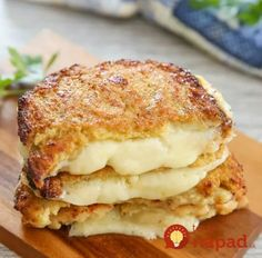 Cauliflower Crusted Grilled Cheese Sandwiches - 36 Comfort Foods for the Winter Cauliflower Bread, Cauliflower Recipes, Low Carb Recipes, Vegetarian Recipes, Cooking Recipes, Queso Cheddar, Cheddar Cheese, Sandwich Bread Recipes, Burger Recipes