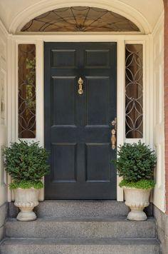 Haustür landhaus grün  Stehend auf die Haustür Seiten sind Topiari Beiträge während gegen ...