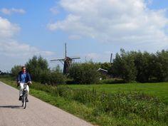 op de fiets bij de molens langs. Kinderdijk. The Netherlands. bayke foto