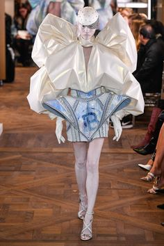 Balmain Paris Couture Spring 2019 Fashion Show . Designer looks from the Spring 2019 Couture runway shows from Paris Couture Fashion Week Style Haute Couture, Spring Couture, Couture Details, Weird Fashion, Daily Fashion, High Fashion, Fashion Looks, Fashion Week, Collection Couture