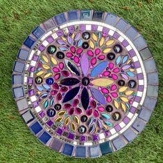 Homemade Stepping Stones, Mosaic Stepping Stones, Stone Mosaic, Mosaic Glass, Mosaic Tiles, Glass Art, Mosaic Designs, Mosaic Patterns, Mosaic Garden Art