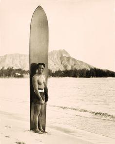 The Big Kahuna :Duke Kahanamoku Surf Vintage, Retro Surf, Vintage Hawaiian, Vintage Travel, North Shore Hawaii, Canoe Club, 1920s Photos, Surfing Pictures, Hawaii Pictures