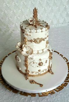 A purified cake in White & Gold by Fées Maison (AHMADI)