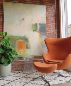 Large scale painting Gravity paired with an Egg Chair. Mid Century Modern Furniture, Midcentury Modern, Mixing Paint Colors, Portal Art, Wooden Dining Room Chairs, Fiddle Leaf Fig Tree, Selling Furniture, Amazing Spaces, Scandinavian Modern