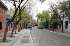 As arborizadas ruas de paralelepípedo características de Palermo.