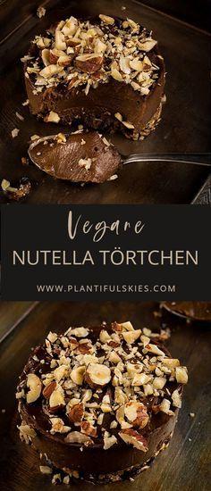 """Besser als Nutella! Diese veganen Rohkost """"Nutella"""" Törtchen mit Schokolade und Haselnuss sind easy gemacht und unglaublich lecker! Das perfekte Dessert!"""