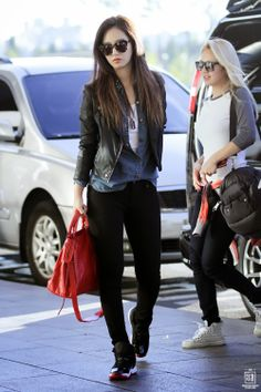 I know this is about yuri, but I really like hyo's outfit... Ye leather.