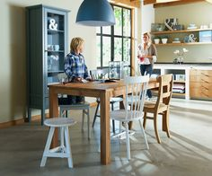 Eetkamertafel 101 Julian: zet voor een speelse look verschillende vormen stoelen in diverse kleuren bij elkaar #101woonideeen #leenbakker