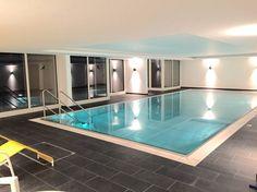 Direkt im Haus befindet sich ein neu renoviertes Schwimmbad welches ebenfalls Blick auf den See ermöglicht.