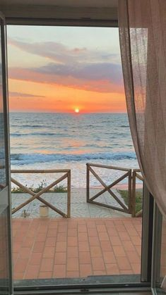 Montego Bay in Jamaica Wallpaper Praia, Wallpaper Panels, Scandi Living, Coastal Living, Most Beautiful Pictures, Beautiful Places, Beautiful Sunset, Wallpaper Winter, Beach Background
