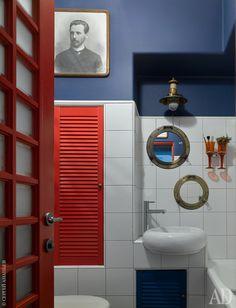 Ванная. Зеркала оправлены в иллюминаторы, купленные на блошиных рынках. На стене — фотография прадеда Кирилла.