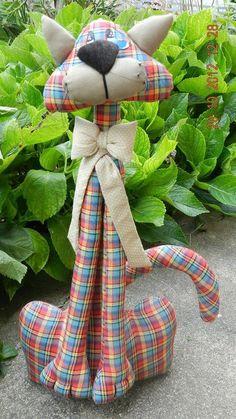 Cat door stop.by Mix das ArtesAparecida Alves Batista lo ha prendido () a la tabla Bebê __ Gato __ Patch\/Bor …so delightfully goofy lookingGreat idea to make out of recycled denim jeansArts And Crafts Pottery Fabric Toys, Fabric Crafts, Sewing Crafts, Sewing Projects, Pet Toys, Doll Toys, Fabric Animals, Cat Quilt, Cat Doll