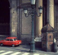 Straße und Auto in Rom, 1972 Juergen/Timeline Images #bunt #farbenfroh #Italien #Rom #70er #Auto #Straße #Laterne #Oldtimer #Verkehr