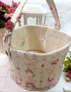 Cesta de Tecido Organizadora <br> <br>Cesta feita em tecido 100% algodão e linho, importado e nacional, estruturada com manta acrílica, com rendas decorativas e flores, com bolsos internos. <br> <br>Cesta mede aprox: 30 cm diâmetro x 20 cm alt x 20 cm alças <br> <br>Fazemos a cesta em tamanhos e cores diferentes! <br>Para a utilidade que você precisar, consulte! <br> <br>Para você organizar tudo!!! <br>Sugestão de uso da cesta: <br>Organiza sala, quarto, closet, armários, lavanderias…