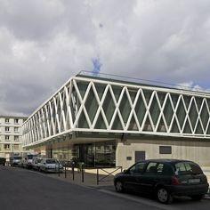 Récemment livrée par l'agence d'architecture Philippe Gazeau, la médiathèque Romain Rolland étire sa longue silhouette dans le quartier en rénovation de la Cité Cachin à Romainville.
