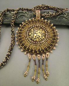Halskette mit Anhänger Perlenstickerei Bronze Braun von BeadFizz