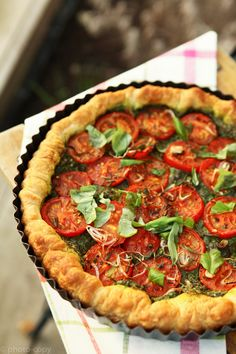 tomato tart by photo-copy Pesco Vegetarian, Vegetarian Quiche, I Love Food, Good Food, Yummy Food, Veggie Recipes, Vegetarian Recipes, Healthy Diners, My Favorite Food
