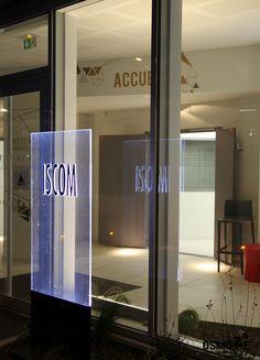 Décoration murale > Signaletique > Ecole Universite ISCOM > Totem et décoration hall accueil