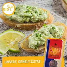 AVOCADO-CHILI DIP: Einer unserer liebsten Aufstriche, der euch einheizt und gute Laune mitbringt! Perfekt zu mexikanischem Essen oder zur vegetarischen Grillplatte! Chili Dip, Bruschetta, Avocado Toast, Breakfast, Dips, Food, Grill Party, Good Mood, Simple