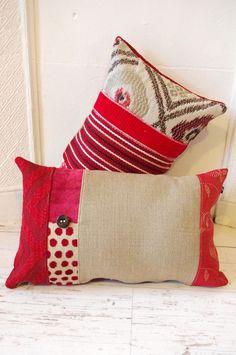 Coussin bohème en tissus recyclés rouges et lin / Bohemian style cushion