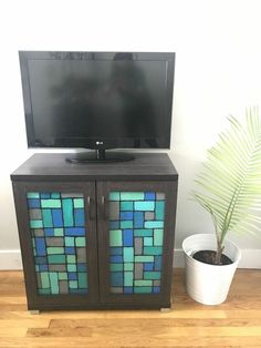 After finding the perfectly sized cabinet for my space, I knew I had to personalize it. The cabinet doors were glass and I wanted to give it a fake stained glass feel so I fond a fun way to create stained glass without the pricetag. diy | diy and crafts | crafts | diy faux stained glass | faux stained glass | stained glass | glue | paint| furniture | furniture flip | upcycled furniture Painting Kitchen Cabinets, Kitchen Paint, Glass Glue, Glass Art, Hutch Makeover, Brick Paneling, Elmer's Glue, Faux Stained Glass, Red Barns