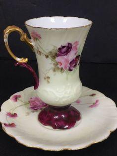 Hrníček na čokoládu * bílý porcelán se zlaceným okrajem a ouškem, na fialovém podstavci s malovanými fialovými růžemi * Limoges.
