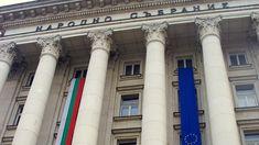 Την στιγμή που ο μέσος μισθός ενός ιδιωτικού υπαλλήλου στη Βουλγαρία φτάνει με το ζόρι τα 300 ευρώ, κι ενός δημοσίου υπαλλήλου τα 600, οι βουλευτές της χώρας λαμβάνουν μισθό 1.800 ευρώ, τα οποία χάρη σε συμπληρωματικές δραστηριότητες μπορούν να φτάσουν τα 3.000 ευρώ.