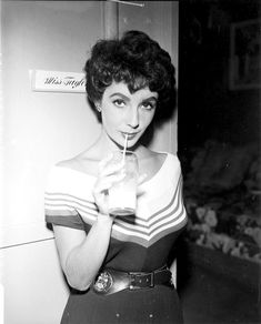Tumblrは自分を表現したり発見することができる場であり、好きなものを通じてつながりを見つけたり、興味が人と人をつなげるプラットフォームです。 Elizabeth Taylor, Old Hollywood Movies, Vintage Hollywood, The Girl Who, Movie Stars, The Row, Marie, Glamour, Plant Bed