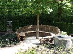 Leuke bank gemaakt van gevlochten wilgen Back Gardens, Small Gardens, Outdoor Gardens, Willow Garden, Garden Retaining Wall, Garden Nook, Garden Seating, Garden Structures, Dream Garden