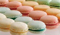 Macarons er klassiske franske kager, som findes i alskens farver og størrelser. Læg dem sammen med creme i matchende pastelfarver. Få opskriften her.