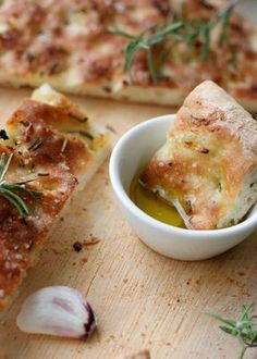 Focaccia mit geröstetem Knoblauch und Rosmarin - Kochkarussell Focaccia with roasted garlic and rosemary. Soft, fluffy dough, roasted garlic and rosemary make this focaccia a real favorite - ko Pizza Recipes, Grilling Recipes, Snack Recipes, Snacks, Bread Recipes, Easy Recipes, Good Food, Yummy Food, Roasted Garlic