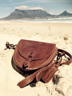 We take our Dublin bag with us for a stroll on the beach this weekend :) #jingerjack #jj #weekend #capetown #NiceThingsOnEarth #tablemountain #dublin #dublinbag #crossbodybag #WaxyBrown